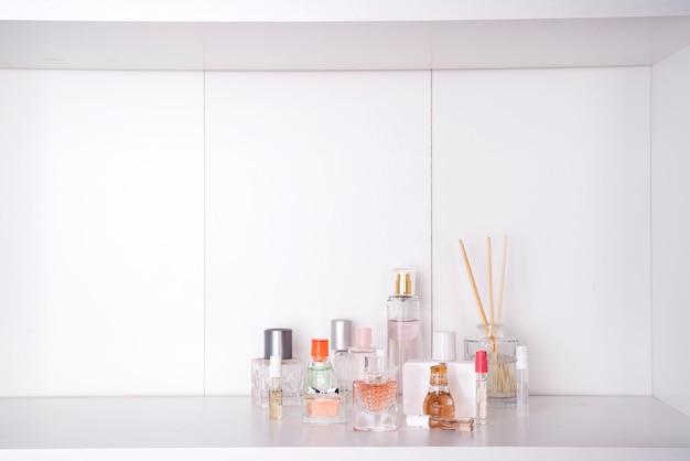 El conjunto de varios perfumes de la mujer aisló o el fondo blanco.