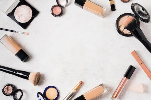 Conjunto de varios productos para maquillaje en superficie clara.