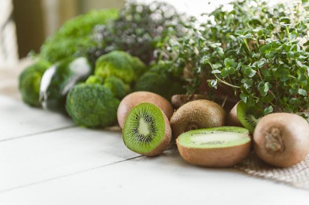 Conjunto de vegetales verdes para hacer batidos para el desayuno.