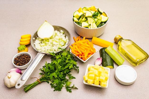 Conjunto de verduras crudas frescas para cocinar puré de sopa