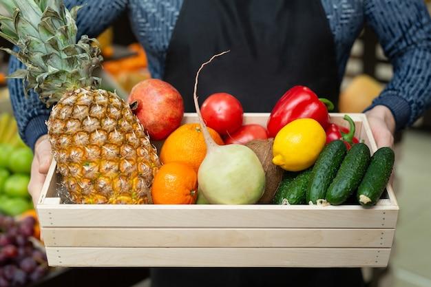 Conjunto de verduras y frutas frescas en una caja