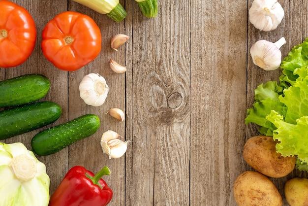 Conjunto de verduras en una vieja mesa de madera.