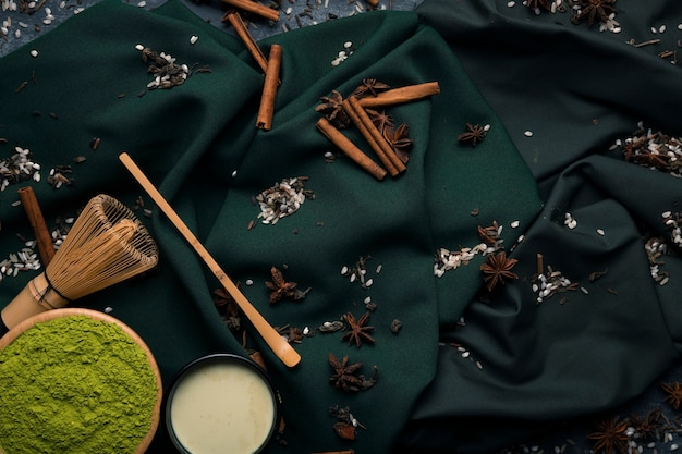 Conjunto de vista superior de té asiático tradicional matcha