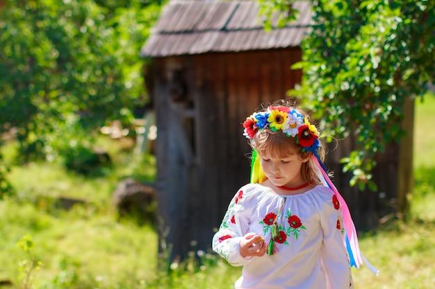 Conjuntos de coronas tradicionales ucranianas contra el fondo de hojas