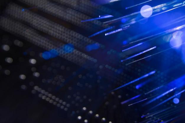 Conmutador de red con cables de fibra óptica.