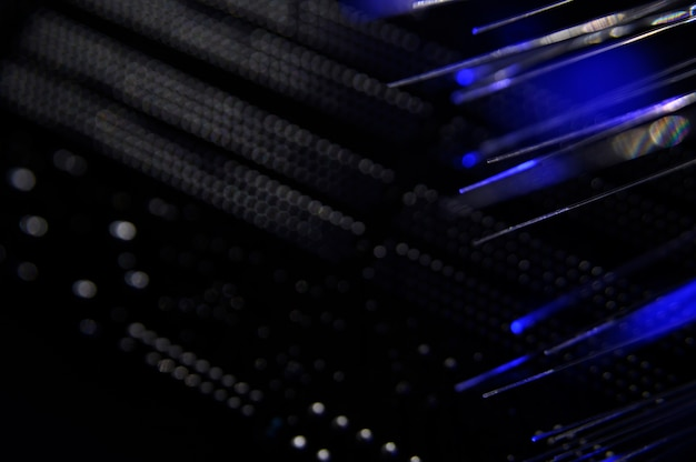 Conmutador de red negro con cables de fibra óptica.
