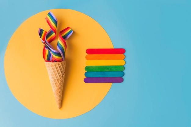 Cono con arco iris concepto verano