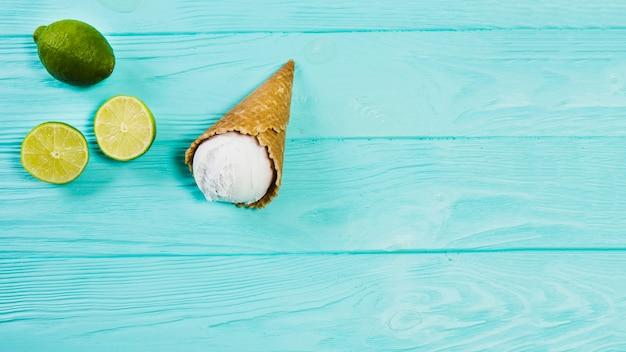 Cono de helado cerca de lima