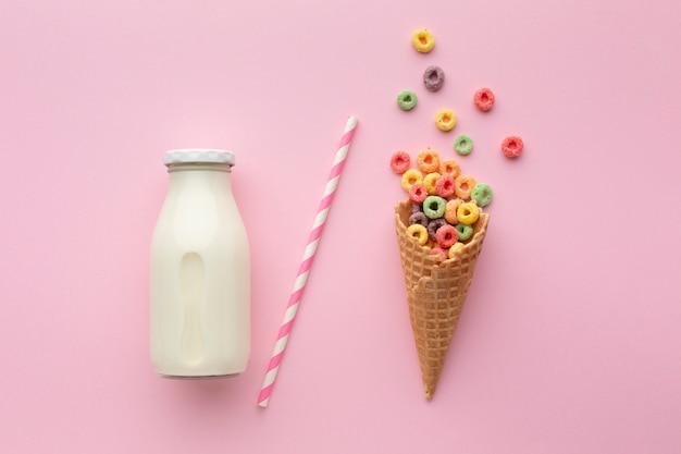 Cono dulce de azúcar con cereal colorido