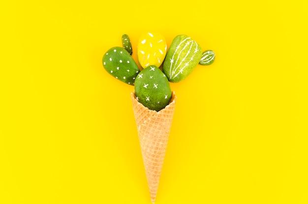Cono de galleta con cactus sobre mesa