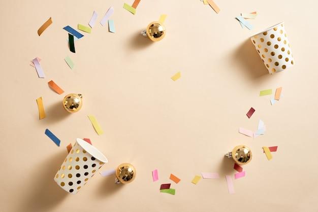 Cono de gofre de helado con dispersión de papel multicolor y adorno de bolas