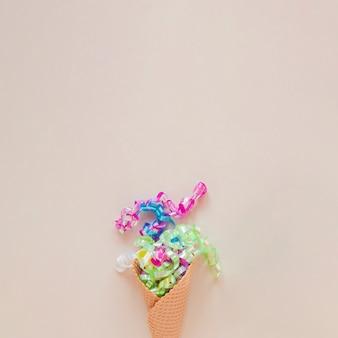Cono de helado con confeti y copia espacio