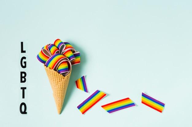 Cono de helado con corazones en colores del arcoiris