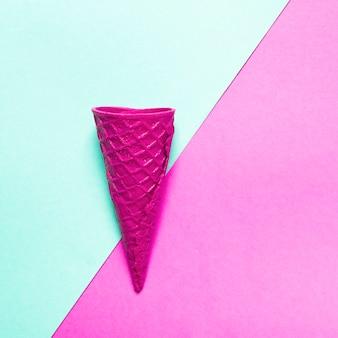 Cono de helado crujiente rosado en fondo colorido
