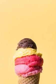 Cono de helado de espacio de copia con muchas cucharadas