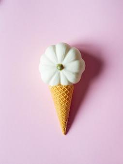 Cono de helado de gofres con calabaza blanca