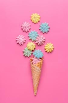 Cono de helado con merengues en rosa