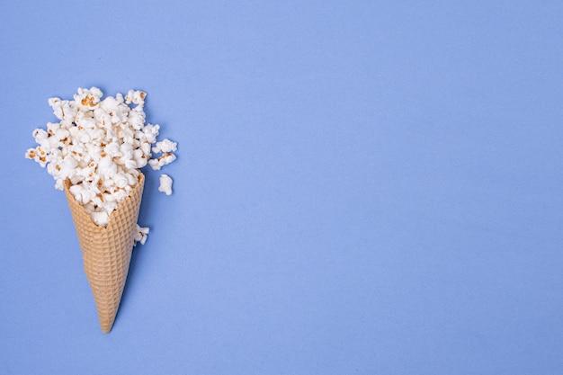 Cono de helado de palomitas de maíz minimalista con concepto de espacio de copia