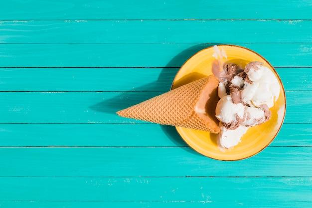 Cono de helado en un plato