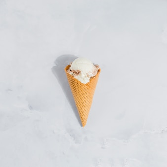 Cono de helado sobre mármol.