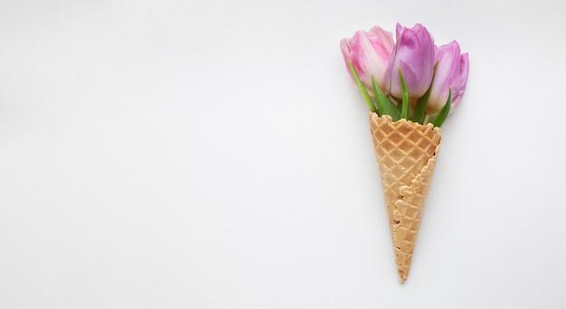 Cono de helado con tulipanes