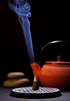 Cono de incienso aromático con humo espeso