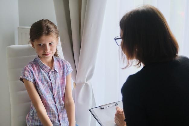 Conocer a la niña con el terapeuta consejero escolar