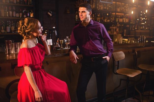 Conocido en bar, mujer coquetea con hombre