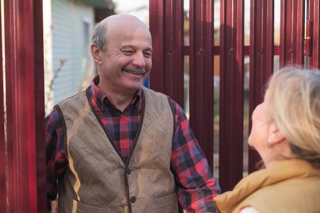 Conociendo a los vecinos en las casas de campo del pueblo