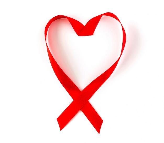 Conocimiento de las ayudas de la cinta roja del corazón aislado en el fondo blanco