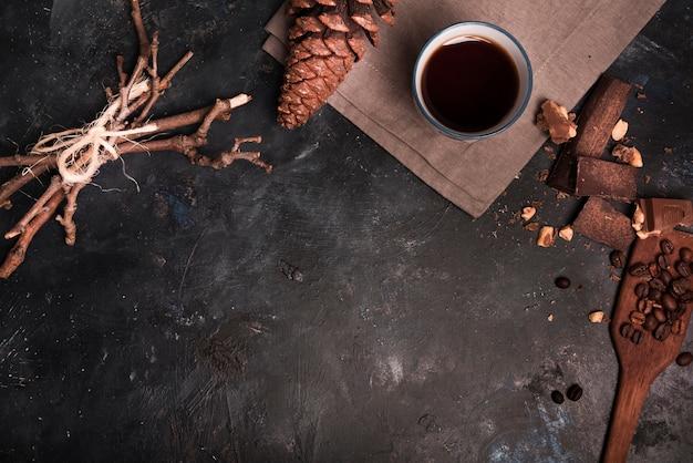 Conos de café y pino copia espacio