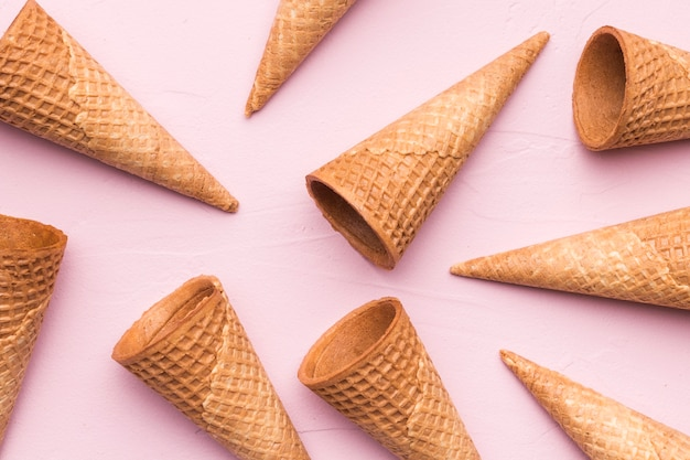 Conos de galleta sobre fondo rosa