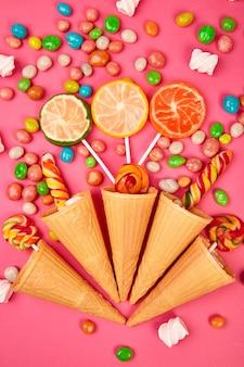 Conos de gofres de helado con dulces de colores