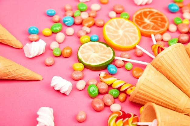 Conos de gofres de helado con dulces coloridos