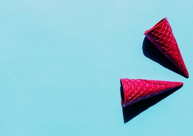 Conos de gofres vacíos de color rosa brillante
