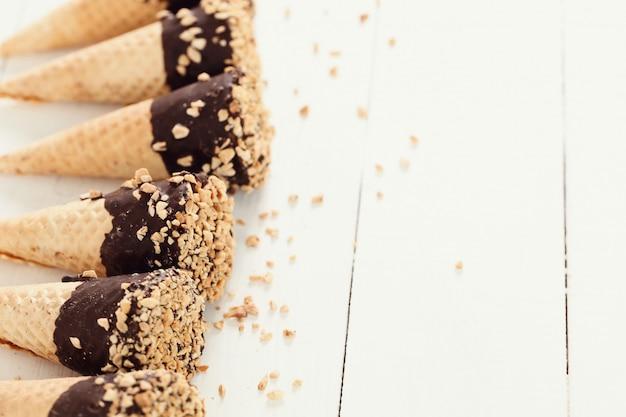 Conos de helado con almendras y chocolate