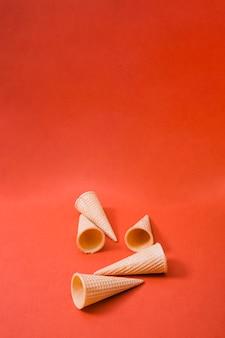 Conos de helado en blanco