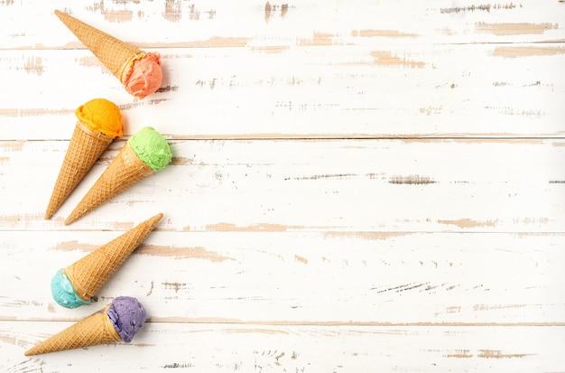 Conos de helado coloridos en el backgound blanco. copia espacio