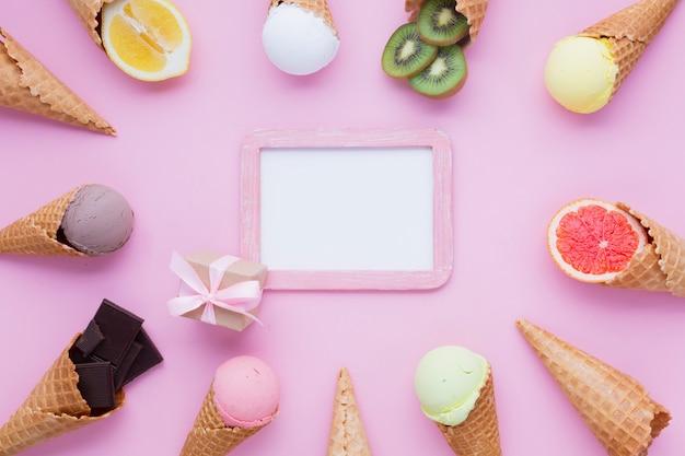 Conos de helado con maqueta de marco
