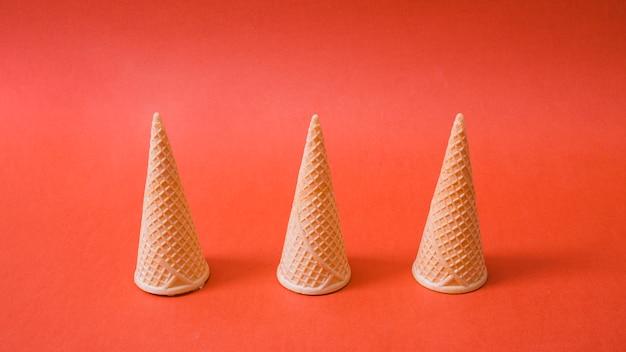 Conos de obleas de helado vacíos invertidos