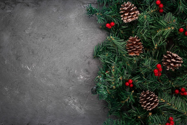 Conos de pino apilados y ramas de árboles