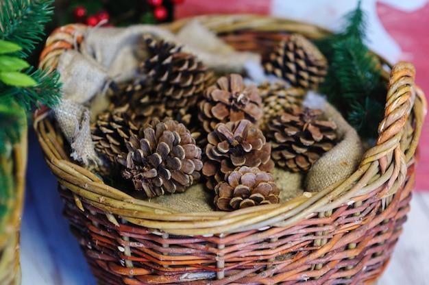 Conos de pino en una cesta. decoración navideña