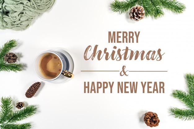 Conos de pino de navidad, ramas de abeto y taza de café.