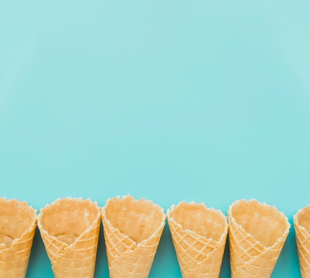 Conos de waffle colocados en fila