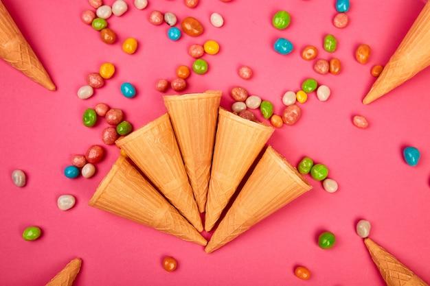 Conos de waffles de helado con dulces coloridos