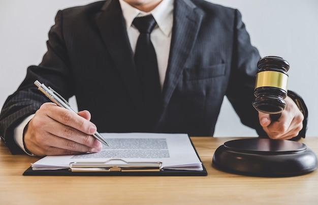 Consejero en la demanda o abogado que trabaja en un documento en el bufete de abogados en el cargo. derecho legal