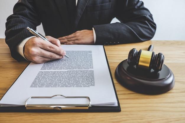 Consejero en demanda o abogado que trabaja en un documento en un bufete de abogados en el cargo. derecho legal