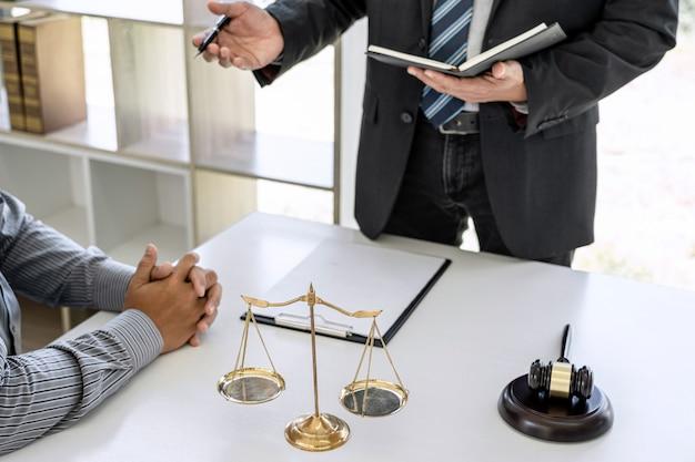 Consejero trabajando en la sala del tribunal con el cliente