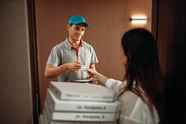Consejo del cliente al mensajero para una entrega rápida de pizza
