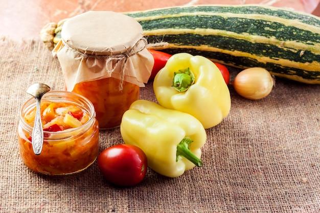 Conservas caseras. ensalada de calabacín y pimiento en frasco de vidrio